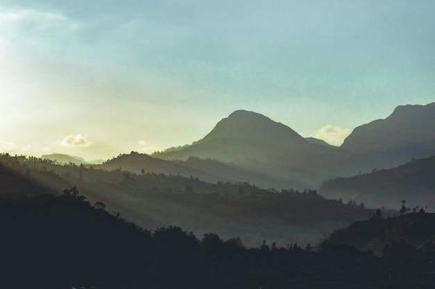 Красивый снимок колумбийских гор с пейзажем заката на заднем плане Бесплатные Фотографии