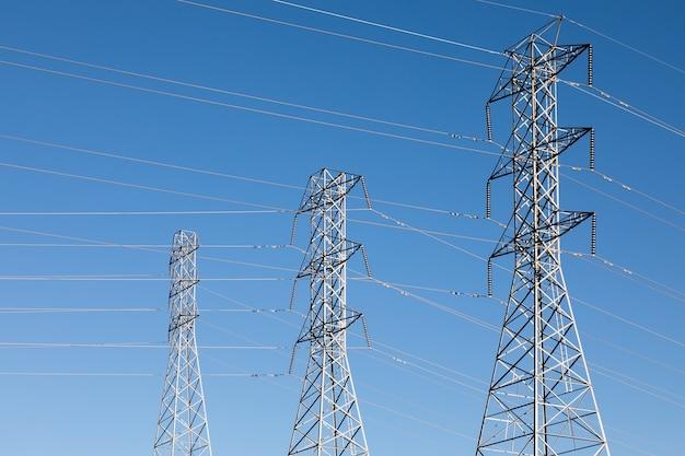 Красивый снимок электрических столбов под голубым небом Бесплатные Фотографии