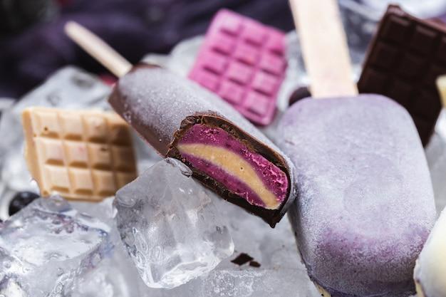 自家製ビーガンアイスクリームと氷の上のチョコレートバーの美しいショット 無料写真