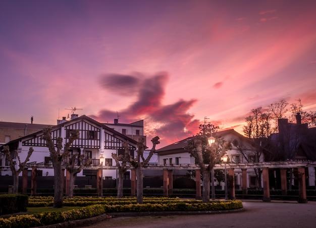 夕日の風景を背景にスペイン、パンプローナの家の美しいショット 無料写真