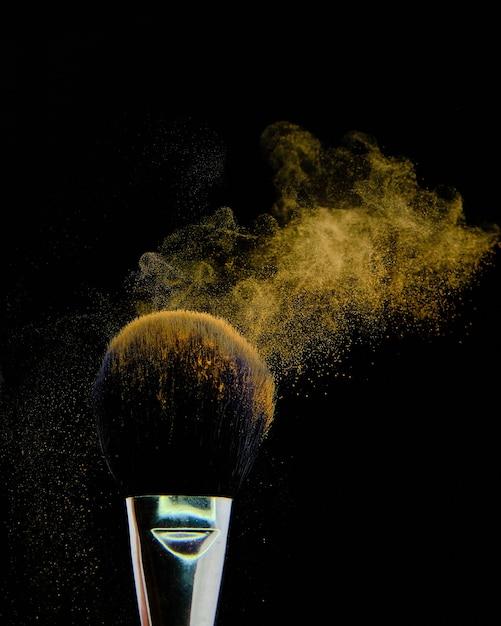Красивый снимок кисти для макияжа, изолированные на черном фоне Бесплатные Фотографии