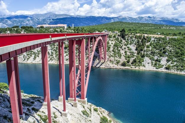 크로아티아의 강 채널을 통해 Maslenica 다리의 아름다운 샷 무료 사진