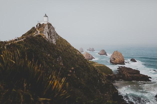 ニュージーランドのナゲットポイント灯台アフリリの美しいショット 無料写真