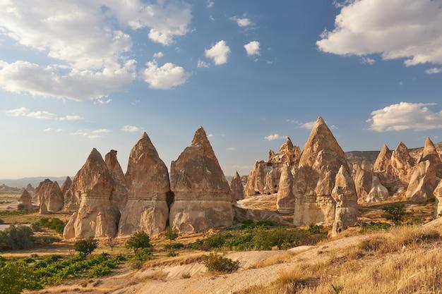 トルコの青い空の下で岩の形成の美しいショット 無料写真