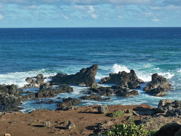 ハワイの岩に水しぶき海の波の美しいショット 無料写真