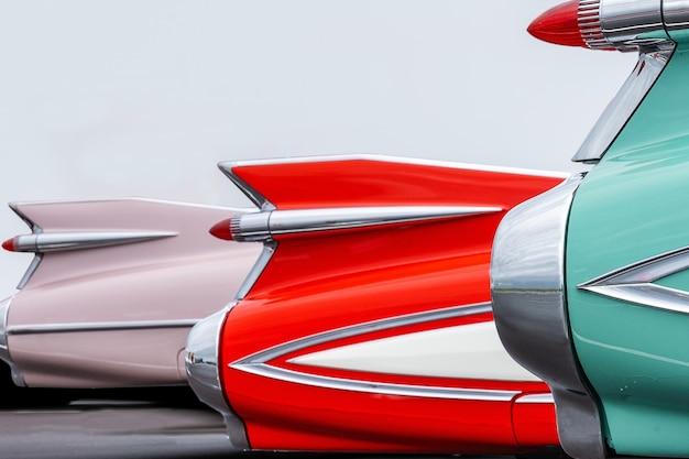 鮮やかな色のビンテージ車のテールライトの美しいショット 無料写真