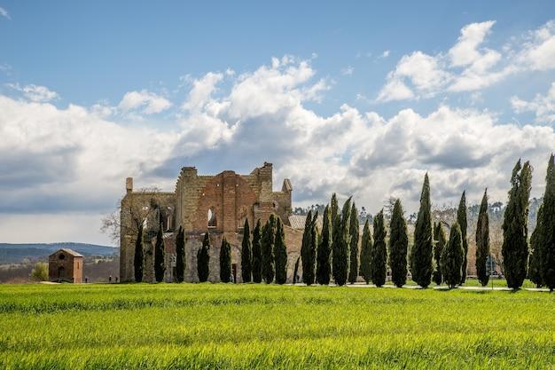이탈리아의 거리에서 Abbazia Di San Galgano의 아름다운 샷 무료 사진