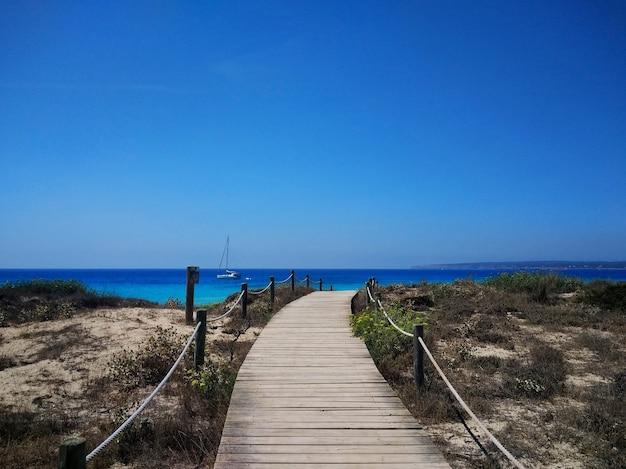 Красивый снимок променада рядом с пляжем на форментере, испания Бесплатные Фотографии