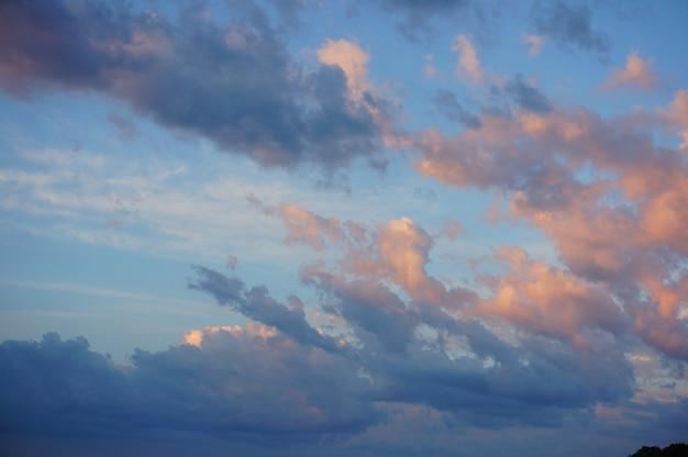 푸른 하늘에 구름의 아름다운 샷 무료 사진