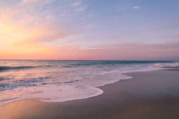 Красивый снимок красочного заката на пляже Бесплатные Фотографии
