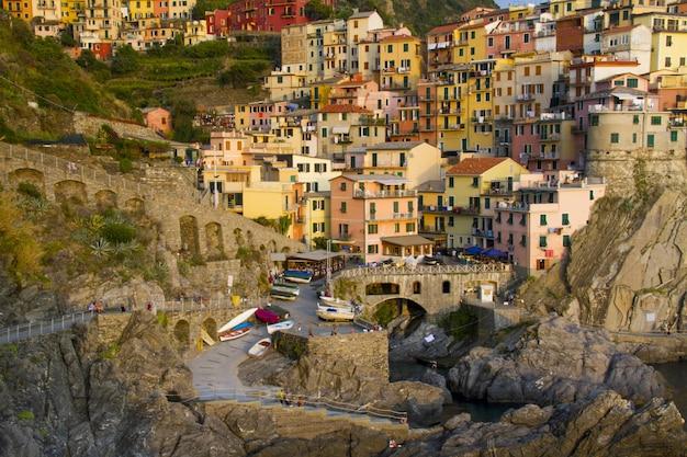 Красивая съемка милого городка манарола с красочными жилыми домами Бесплатные Фотографии