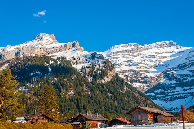 スイスの青い空の下でのディアブルレット氷河の美しいショット 無料写真