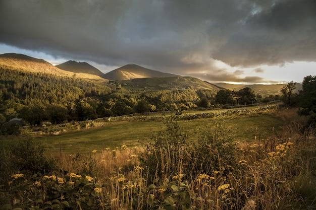 北アイルランドのモーンの山の日没時に丘の美しいショット 無料写真
