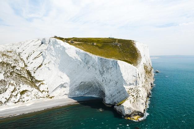 Красивый снимок острова уайт под ярким голубым небом Бесплатные Фотографии