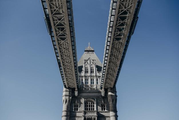 ロンドンブリッジの下からの美しいショット 無料写真
