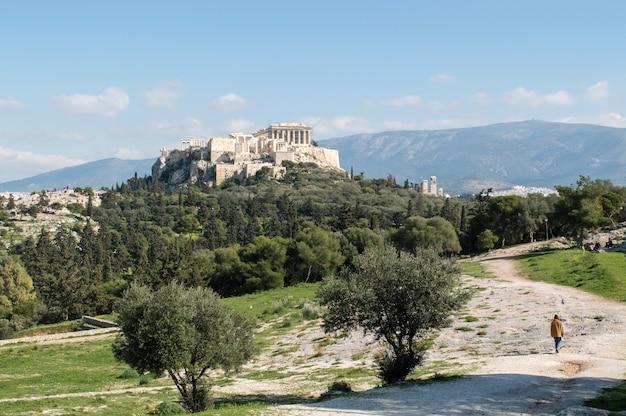 昼間でギリシャのアテネの記念碑的なfilopappou丘の美しいショット 無料写真