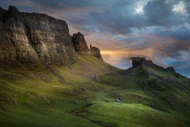 Красивый снимок горы в quiraing, остров скай в соединенном королевстве Бесплатные Фотографии