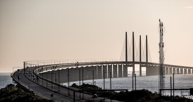 스웨덴의 자동차와 함께 Oresund 다리의 아름다운 샷 무료 사진