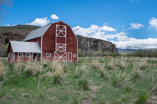 フィールドの赤い木製の納屋の美しいショット 無料写真