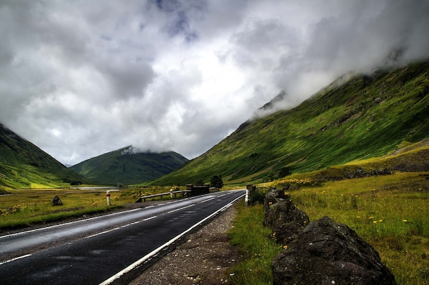 曇り空の下で山々に囲まれた道路の美しいショット 無料写真