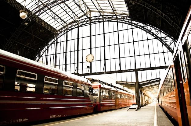 노르웨이의 낮에 역에 도착하는 열차의 아름다운 샷 무료 사진