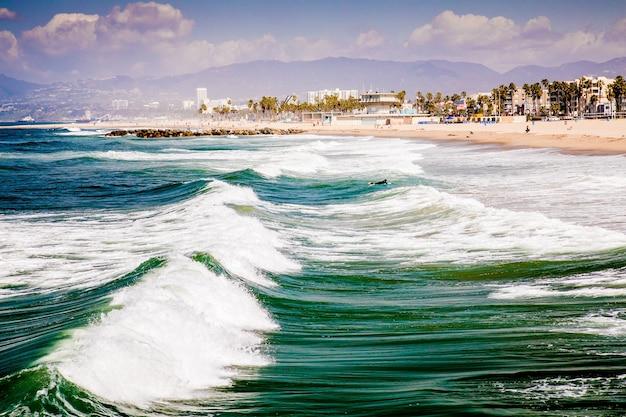 Красивый снимок пляжа венис с волнами в калифорнии Бесплатные Фотографии