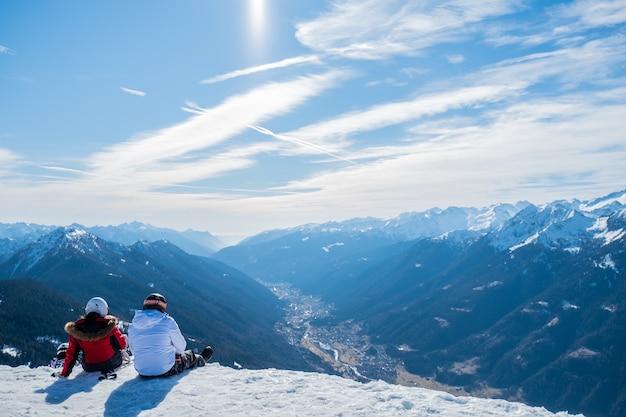 Красивый снимок двух человек, наслаждающихся видом на горы и долину в дневное время Бесплатные Фотографии