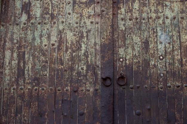 Bella ripresa di un vecchio portone arrugginito storico Foto Gratuite