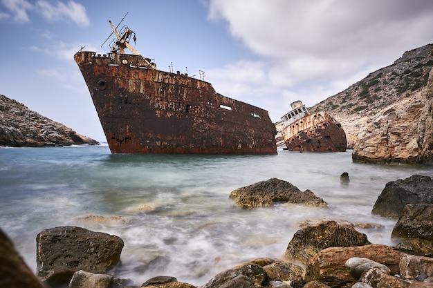 Bella ripresa del naufragio di olympia nell'isola di amorgos, grecia Foto Gratuite