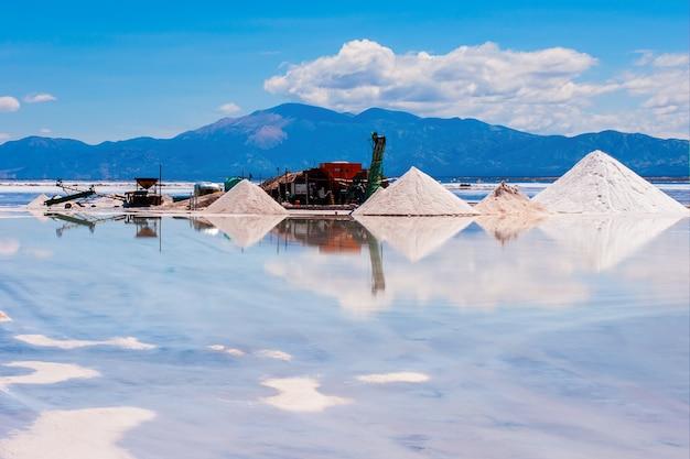 Bella ripresa di una miniera di sabbia circondata da acqua riflettente Foto Gratuite