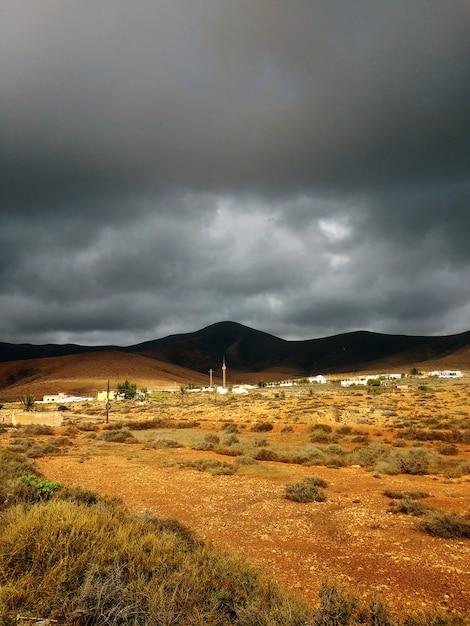 Bellissimo colpo di terre asciutte sabbiose prima della tempesta nel parco naturale di corralejo, in spagna Foto Gratuite