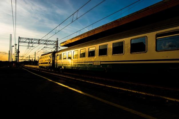 Bellissimo scatto di un treno in movimento alla stazione ferroviaria Foto Gratuite