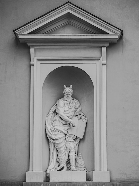 Bellissimo scatto di una scultura di nicchia bianca di un uomo anziano Foto Gratuite