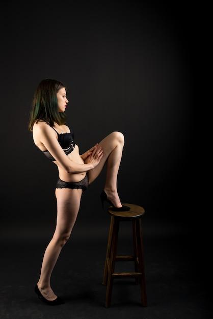 레이스 비키니 내실 브래지어 팬티에 아름다운 수줍은 아가씨. 부드러운 슬림 모양 절연 블랙 프리미엄 사진