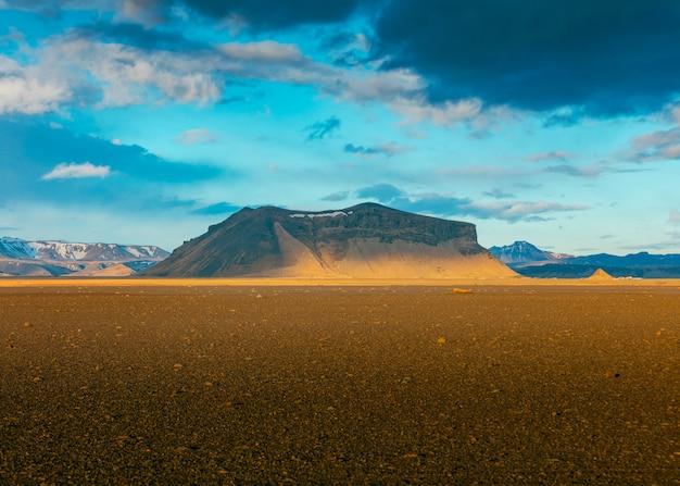 Un bellissimo single rock in un deserto Foto Gratuite