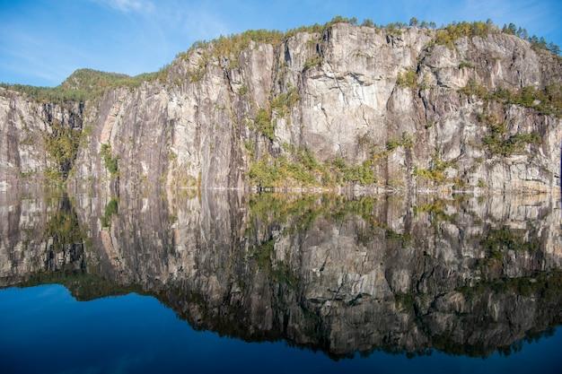 Красивое отражение неба и воды от фьорда бергена, норвегия Premium Фотографии