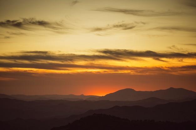 Красивое небо в желтых тонах с горами Бесплатные Фотографии