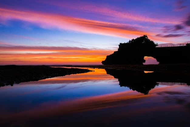 Beautiful sky sunset and reflection at hindu temple pura tanah lot, bali, indonesia. Premium Photo