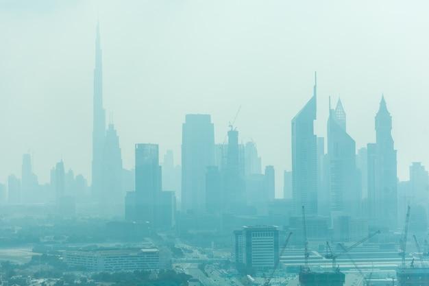 Красивый горизонт дубая в окружении песчаной пыли при дневном свете Бесплатные Фотографии