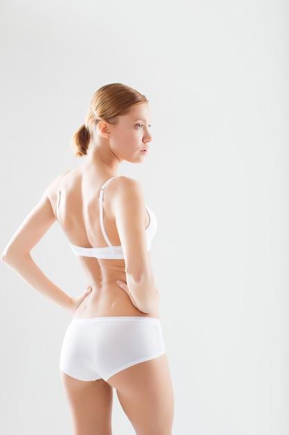 下着姿の女性の美しいスリムなボディ Premium写真