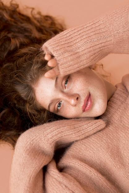 ピンクのセーターを着ている美しい笑顔の女性 無料写真