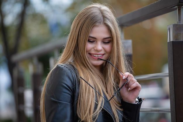 現代の街の通りに美しい笑顔の女の子 Premium写真