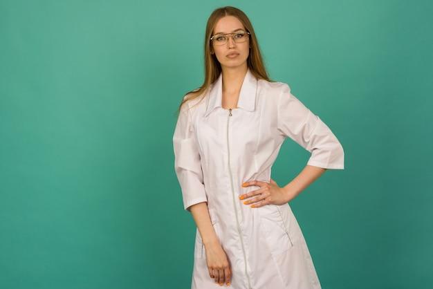 Красивая улыбающаяся сексуальная медсестра или женщина-врач Premium Фотографии