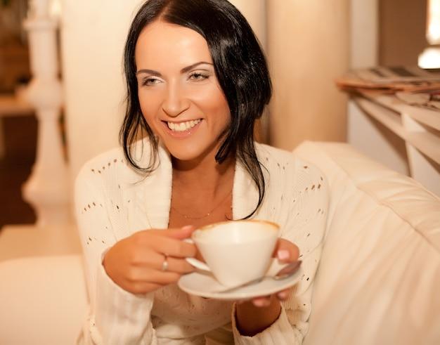 Beautiful smiling woman drinking coffee Premium Photo