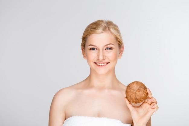 Красивая усмехаясь женщина в курорте держа кокос Бесплатные Фотографии