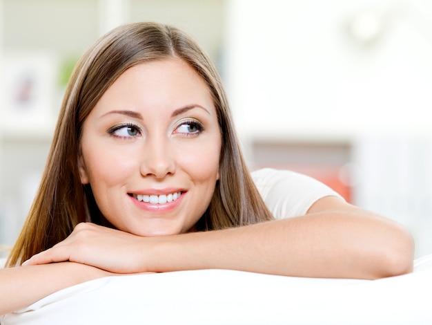 Bello fronte sorridente della donna che osserva via - all'interno Foto Gratuite