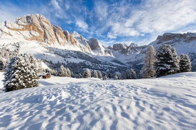 山々のある美しい雪景色 無料写真