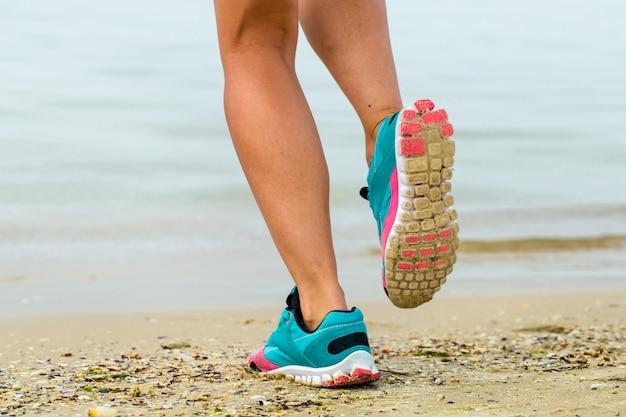 Красивая спортивная девушка на пляже Бесплатные Фотографии