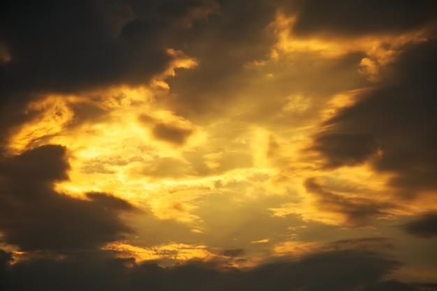 美しい嵐の夕焼け空。曇っている抽象的な背景。夕日の色。 Premium写真