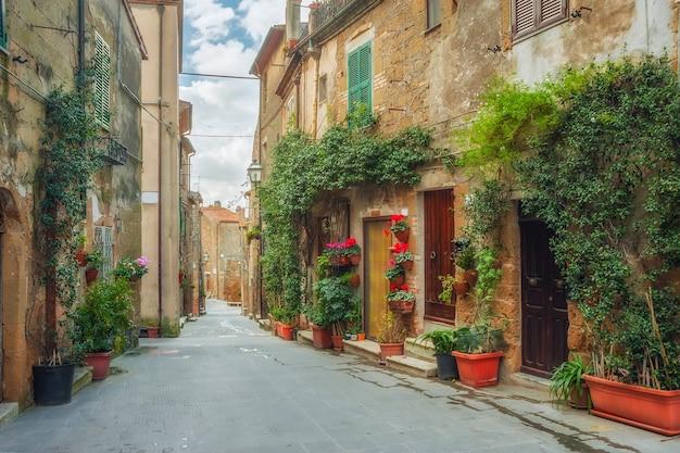 Красивые улочки тихого старинного городка в италии Premium Фотографии